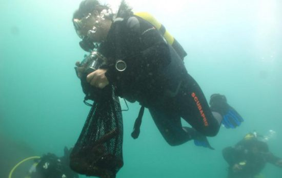 PADI Project AWARE diver underewater clean up