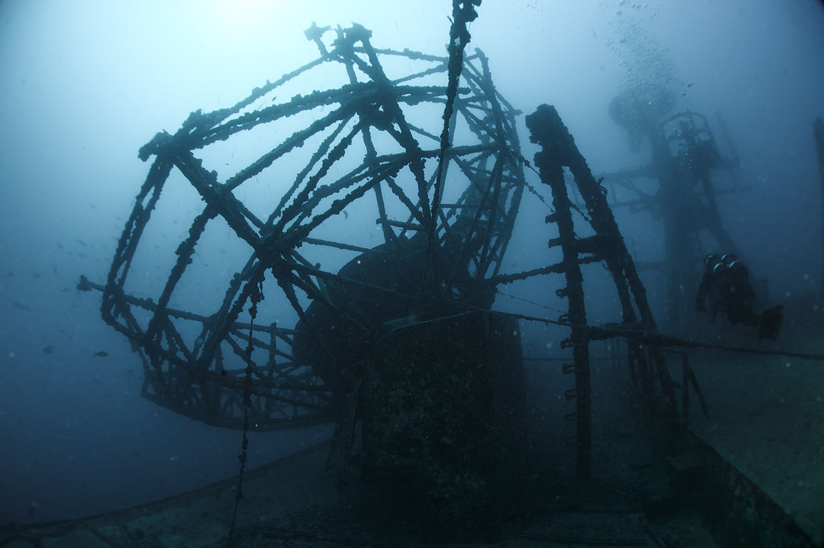 1200px-Diver_at_USNS_General_Hoyt_S._Vandenberg_(T-AGM-10)_wreck_off_Key_West_in_January_2015